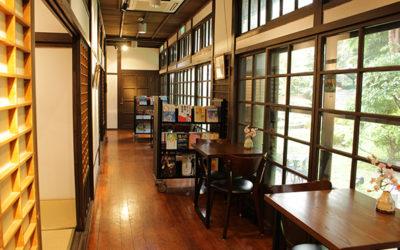 庭園を眺めながら静かなひとときを。日本家屋のブックカフェ ~雅鴿書苑~